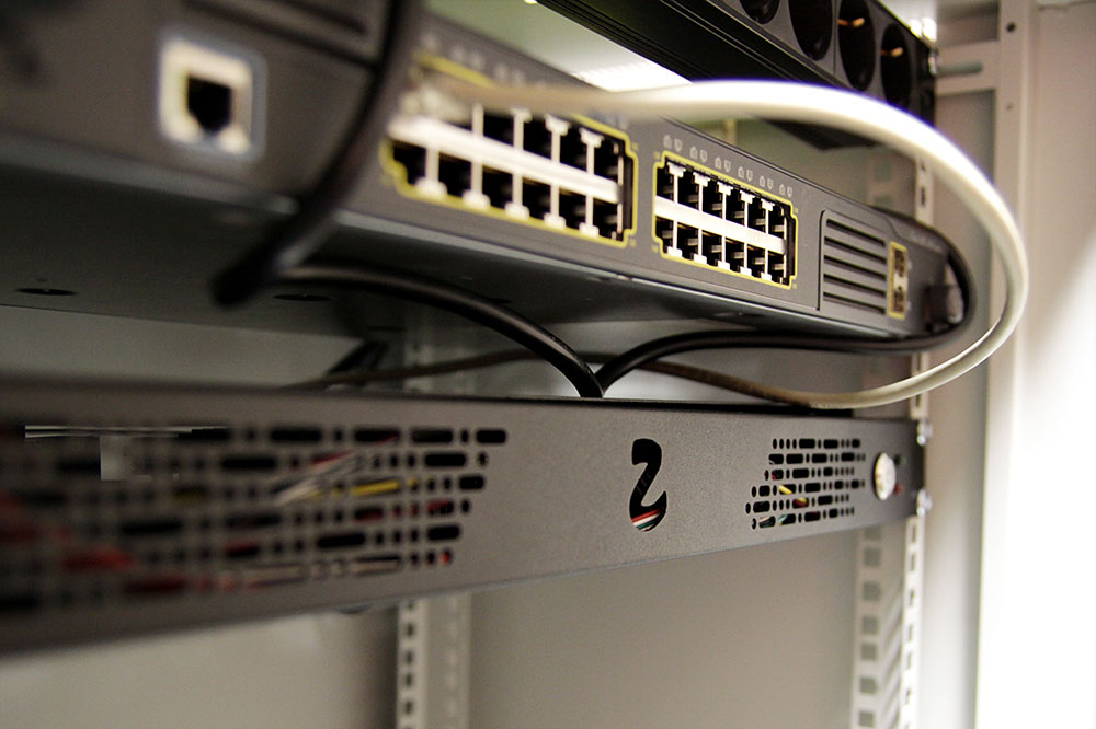 Zozuu server testing the 19-inch rack